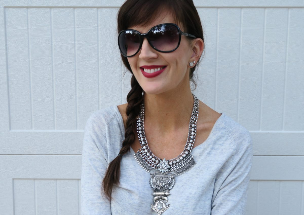 statement_necklace_and_lipstick_combination