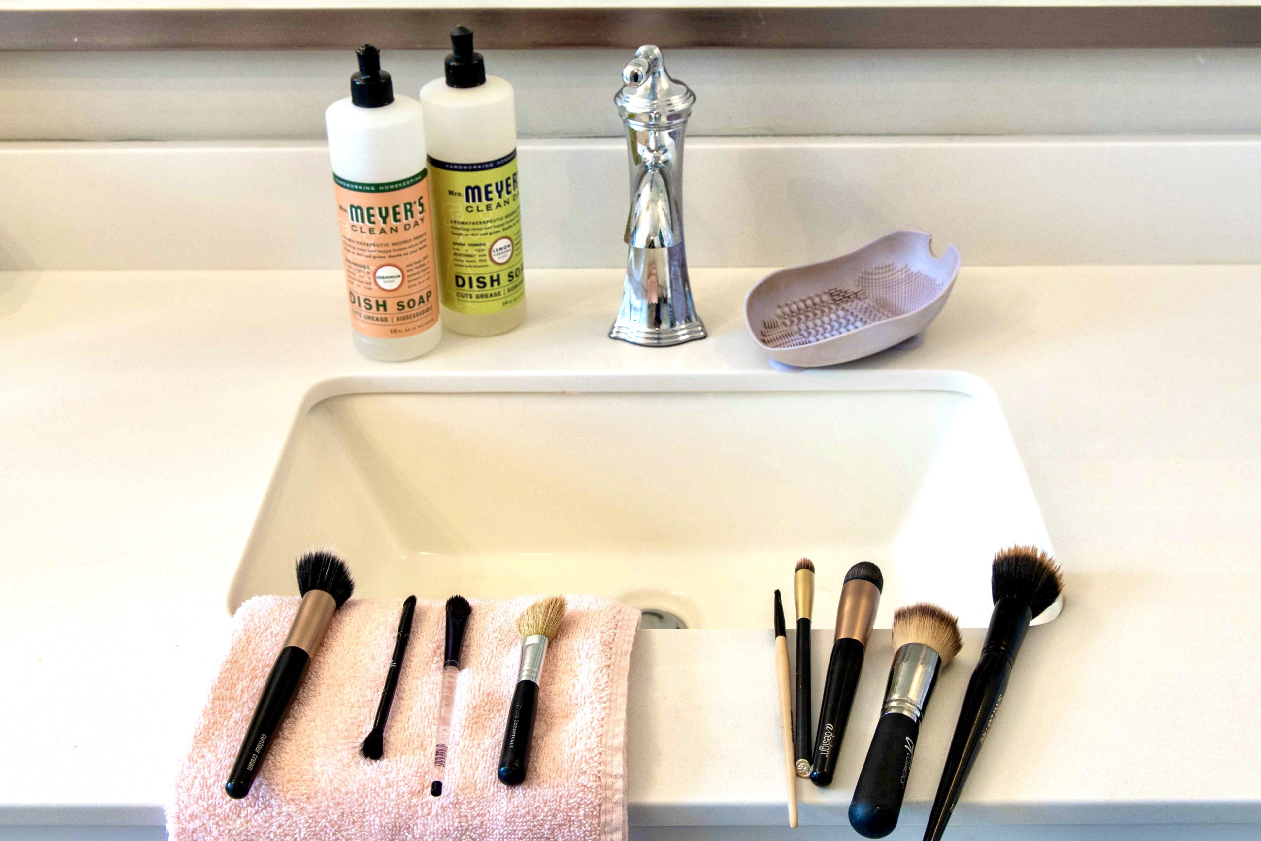 how a makeup artist cleans her makeup brushes